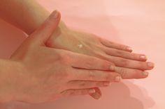 Aceite de coco para hidratar nuestras manos! No te pierdas más usos del aceite de coco en mi blog! :)  #coconutoil #aceitedecoco #beauty #belleza #tips