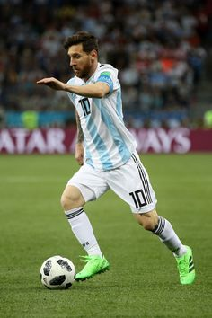 Lionel Messi of Argentina . Football Poses, Football Fever, Watch Football, Neymar, Cristiano Ronaldo Lionel Messi, Antonella Roccuzzo, Best Football Players, Soccer Players, Fc Barcelona