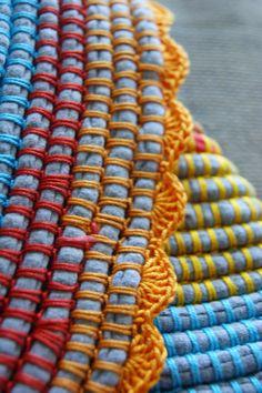 Esta é outra forma de utilizar o trapilho.   De uma maneira tradicional e sem tear, podemos fazer tapetes utilizando linha de cro...