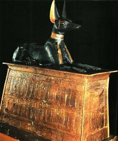 De god Anubis op een draagstoel, gevonden in de tombe van Toutankhamon
