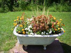 Make Your Garden more Impressive with Unused Tubs - Decor Renewal Garden Junk, Garden Planters, Garden Tools, Garden Bathtub, Old Bathtub, Container Plants, Container Gardening, Real Plants, Yard Art
