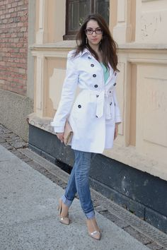 Skinny jeans and pointy court shoes remember me of Carrie Bradshaw style. | Look do dia: Trench coat branco e tons pastel