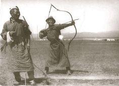 De acuerdo con los documentos registrados, la gama de los arqueros luchó Mongolia generalmente 200-300 yardas (182 - 275 m) . Un soldado en el campo de batalla equipados de 2-3 arco y disparar una gran cantidad de flechas. Foto: Arqueros Mongolia en 1930.