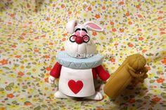 Topo de bolo coelho branco - Alice no país das maravilhas R$ 27,60