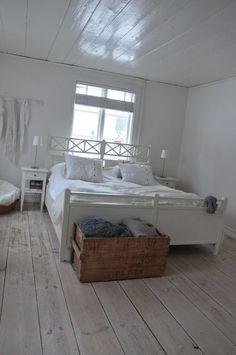 Simpele, maar mooie slaapkamer! Love the floor.