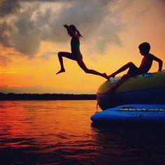 Un superbe coucher de soleil, des trampolines gonflables et l'innocence de deux enfants...