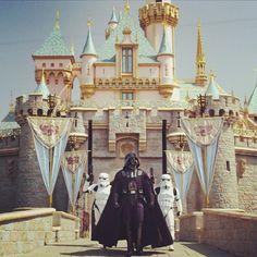 Even Darth Vader can't resist the lure of Disneyland Disneyland Paris, Disneyland Resort, Disney Parks, Walt Disney World, Disney Pixar, Disney Rides, Disney Nerd, Star Tours, Face Characters