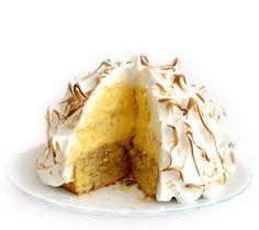 Baked alaska taart maken is makkelijk en leuk en het heeft een luxe uitstraling. Baked alaska is de naam voor een apart soort ijstaart, dessert en toetje dat ook wel bekend staat als omelette sibérienne, omelette norvégienne of meringue ijstaart. Baked alaska taart maken is eens iets anders dan een standaard biscuit taart bakken, deze taart... Lees meer over Baked alaska ijstaart recept