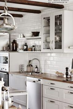 industristil, industriellt, kök, köket, kökets, hyllor, nagel ljusstake, nagel ljusstakar, industrilampa, industrilampor, öppen hylla, vitrinskåp, olika nivåer, vita små rektangulära kakelplattor, grått kök, gråa köksluckor, hth, varberg, annelies design interior, webbutik, webbutiker, webshop, köksdetaljer, inredning, inredningsblogg, blogg, vitt, svart och vitt, grått, grå, gråa,