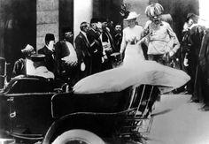 El archiduque austro-húngaro y su esposa, Sophie, abordan un coche justo antes de su asesinato en Sarajevo.