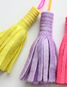 strookje vilt over? Maak er leuke kwastjes van voor aan je sleutelhanger, tas of etui.  Kijk voor vilt een hier http://www.bijviltenzo.nl/