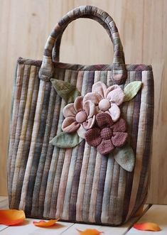 27 New Ideas For Sewing Jeans Tutorials Tote Bags Japanese Patchwork, Patchwork Bags, Quilted Bag, Patchwork Designs, Bag Quilt, Sewing Jeans, Creation Couture, Fabric Beads, Beaded Purses