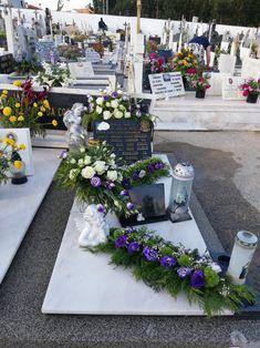 Funeral Flowers, Gardening, Table Decorations, Winter, Contemporary Flower Arrangements, Flower Arrangements Simple, Cemetery, Mesas, Winter Time