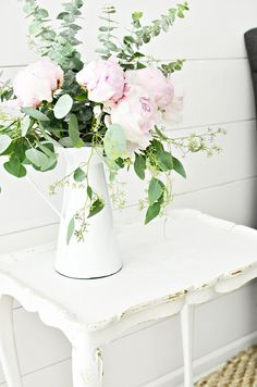 Elegant Vase with Pink Flowers Shabby Chic Dining, Shabby Chic Living Room, Shabby Chic Bedrooms, Shabby Chic Kitchen, Shabby Chic Homes, Shabby Chic Style, Shabby Chic Furniture, Shabby Chic Decor, Vintage Centerpieces
