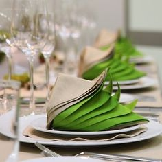 En skikkelig tøff serviettbretting. Grønt og beige. Table Decorations, Furniture, Home Decor, Decoration Home, Room Decor, Home Furnishings, Home Interior Design, Dinner Table Decorations, Home Decoration