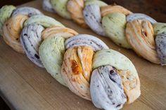    Dreifarbiges Brot    Was eine schöne Idee! Ich könnte mir das gut als Hefezopf vorstellen. Einmal pur, einmal mit Rosinen und einmal mit Nüssen.