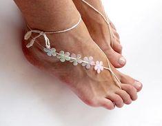 Accessori piedi spiaggia per matrimonio con fiori. Jeweled barefoot sandals. #wedding