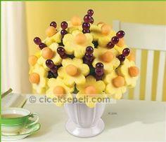 Papatyalar, sulu papatya ananaslar, kantalup kavunu ve üzümlerle size bir ziyafet sunmaktadır. Renkli yaz çiçeklerini andıracak şekilde düzenlenmiş bu buket, her anınızı daha da özel kılacak. Çiçek Sepeti Meyve - Papatyalar