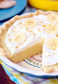 Cream Pie Banana Cream Pie - traditional banana cream pie recipe with a little twist!Banana Cream Pie - traditional banana cream pie recipe with a little twist! Banana Pie, Baked Banana, Banana Cream, Banana Dessert Recipes, Köstliche Desserts, Delicious Desserts, Honey Dessert, Cream Pie Recipes, Gordon Ramsay