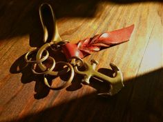 And hook made of brass, it is a key ring that combines the anchor. Leather that issued the vintage feeling of polish is a design point. http://www.iichi.com/listing/item/255775
