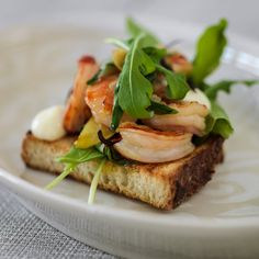 Marinated scampi, grilled country bread and lemon mayonnaise Country Bread, Scampi, Salmon Burgers, Starters, Grilling, Sandwiches, Plate, Ethnic Recipes