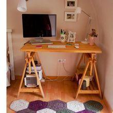 Home Office moderno com tapete de crochê