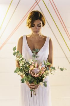 Brautstrauß Protea Eukalyptus afrikanische Königsblume - Urban Geometric Chic Heiraten mit Spartipps von Jane Weber | Hochzeitsblog - The Little Wedding Corner