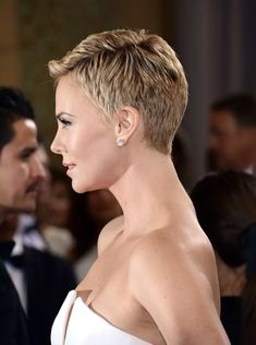 Worst Celebrities Hairstyles Charlize Theron at 2013 Academy Awards.Charlize Theron at 2013 Academy Awards. Short Grey Hair, Very Short Hair, Short Hair Cuts, Short Hair Styles, Short Blonde, Celebrities Hairstyles, Worst Celebrities, Charlize Theron Short Hair, Charlize Theron Photos