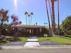 Continuing my tours of homes in Palm Springs from my last post in Araby Cove, today I venture into the lovely Indian Canyon part of town.  Welcome to the home of  Orange County interior designer Patricia Clayton Winters, the second home on my Modernism Week tour. Palm Springs: Fall Modernism Week House Tours - Part 2 http://dec-a-porter.blogspot.com/2014/12/palm-springs-fall-modernism-week-house_8.html