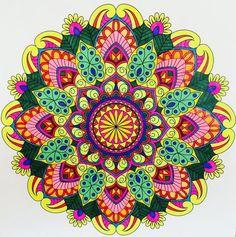 un coloriage de mandala à motifs végétaux aux nuances de vert et de rose
