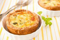 Mini kaastaartjes  Met spekjes, ananas en bieslook. Maak er een frisse rucola salade met cherry-tomaat en geitenkaas bij.  http://www.smulweb.nl/recepten/1131756/Mini-kaastaartjes