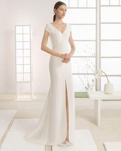 Vestido silueta de crepe con escote pico y manga caída, con apertura delantera, en color natural. Disponible en manga larga.