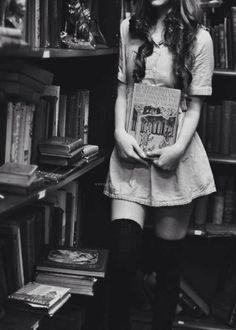 """Chica leyendo. """"Si ni siquiera nuestros cuerpos —su salud, su libertad de movimientos, su adorno, su uso— nos pertenecen, ¿Qué nos queda?"""" Gloria Steinem"""