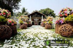 Decoração floral em tons variados. Capela ao ar livre para casamento em estilo rústico.