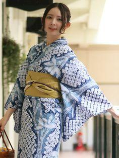 藍色 有松絞り 40代ママ キレイめなコーディネート Japanese Costume, Japanese Kimono, Japanese Girl, Yukata Kimono, Kimono Fabric, Kimono Top, Kimono Fashion, Ethnic Fashion, Asian Fashion