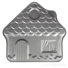 Molde de aluminio de excelente calidad, ideal para hornear una casa en 3D. Es antiadherente, lo que permite que el pastel sea horneado de manera uniforme. No apto para lavavajillas.
