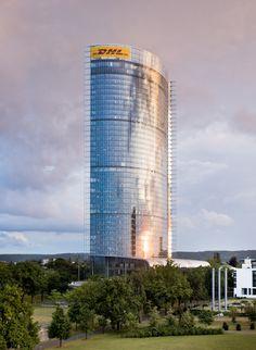 Zum ersten Mal in Deutschland widmet sich eine Ausstellung (30. November 2012 bis 24. Februar 2013) dem Werk des deutsch-amerikanischen Architekten Helmut Jahn. Mit seinen Entwürfen für spektakuläre Monumentalbauten, für seine Flughäfen, Hochhäuser und Wolkenkratzer erlangte er hohes internationales Renommee.    Die Arbeit von Helmut