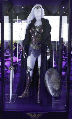 Wonder Woman costume, worn by Gal Gadot as Diana prince Gal Gadot Wonder Woman, Wonder Woman Movie, Wonder Woman Cosplay, Villain Costumes, Movie Costumes, Cosplay Diy, Cosplay Costumes, Cosplay Ideas, Dc Comics