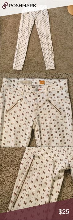 "Anthropologie Pilcro printed jeans 26 Anthropologie Pilcro printed jeans. Size 26. Good condition. Serif fit. Zippers down the size of the calf. 28"" inseam. 8.5"" rise. Super soft material. 97% cotton 3% spandex Anthropologie Jeans Ankle & Cropped"
