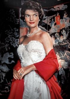 Early Fashion - Jackie O' Style - pearls when JFK was elected and Jackie Kennedy became First Lady, the world of fashion was altered. Jacqueline Kennedy Onassis, Jackie Kennedy Wedding, Estilo Jackie Kennedy, Les Kennedy, Jaqueline Kennedy, John Kennedy, Southampton, Grace Kelly, Die Kennedys