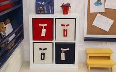 Materiais usados para desenhar devem ficar sempre à mão – prepare-se para ter potes de lápis e papéis na mesa. Projeto do escritorio Prado Z...