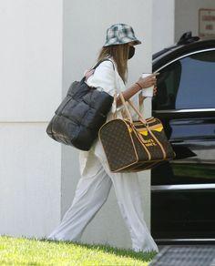 Hayley Bieber, Chill Outfits, High Fashion, Womens Fashion, Hailey Baldwin, Celebs, Celebrities, Louis Vuitton Speedy Bag, Jeans Pants