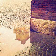 La torre di San Paolo che si specchia in una piccola pozza d'acqua, una fugace apparizione... Castello Estense. #MyFerrara #comunediferrara #charliebeef #igersferrara #Ferrara - temporary admin: @charliebeef