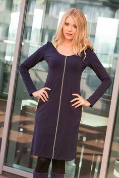 Allain, to sukienka dla kobiet ceniącychnowoczesny styl, a takżedobrze czujących się w niekrępujących ruchustrojach, z zachowaniem proporcji kobiecej sylwetki. Wertykalny ścieg ozdobny z przodu i z tyłu wysmukla sylwetkę. Wykonana z wysokogatunkowej bawełny o gramaturze 230g. Jest ciepła, wygodna i miękka. Sprawdzi się zarówno w pracy, jak na nieformalnych spotkaniach i w czasie wolnym.   Modelka o wzroście 170cm, ma na sobie sukienkę w rozmiarze 36 BB/BBB. Kolor: granatowy, limonka D