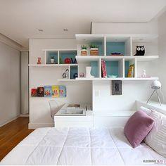 Quarto menina l Marcenaria aproveitando perfeitamente o design do ambiente, criando uma bancada de estudo, boa dica! Projeto @hildebrandsilva e  @mariana_orsi #bedroom #design #white #arquitetura #architecture #decoracion #instabest #photo #instadecor #homedecor #home #arquiteta #interiordesign #cool #instacollage #details #decora #blogfabiarquiteta #fabiarquiteta  www.fabiarquiteta.com