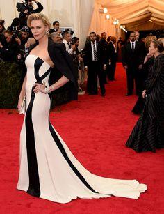 La esperada gala del MET ha llegado. Charlize Theron luciendo un look Dior blanco y negro llego acompañada de Sean Penn. Descubre más de la alfombra roja en www.vogue.mx/articulos/met-gala-2014/3532