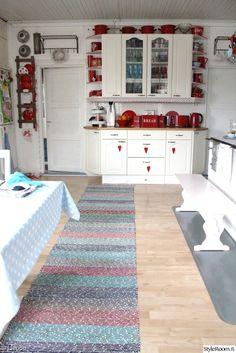 keittiö,tupa,kaappi,astiakaappi,räsymatto,penkki