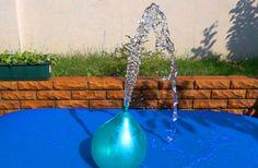 Giocando con acqua. Pallone con acqua. Scoppiare baloons