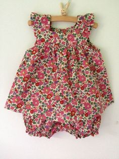 The bazaar of Clem - Kindermode 2020 Baby Girl Dress Patterns, Baby Dress Design, Baby Clothes Patterns, Little Girl Dresses, Dresses For Babies, Toddler Sewing Patterns, Baby Girl Dungarees, Dungarees Outfits, Frocks For Girls