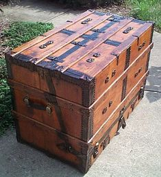 like the decoration, aged look, rectangle design Square top is first choice so that she can read on it. Old Trunks, Vintage Trunks, Trunks And Chests, Vintage Suitcases, Antique Trunks, Trunk Furniture, Antique Furniture, Furniture Design, Wooden Tool Boxes